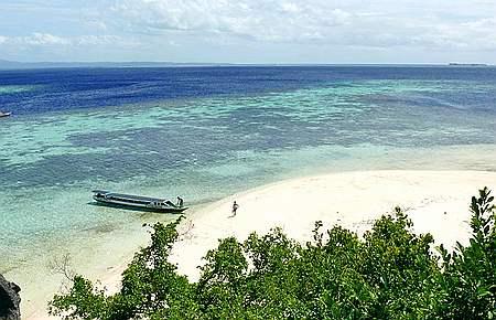 Hamparan Pasir Putih Pantai Pulau Hari, Di Lihat Dari Puncak pulau